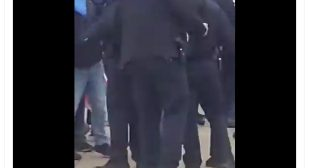 Video of US police allowing the protesters enter US Capitol