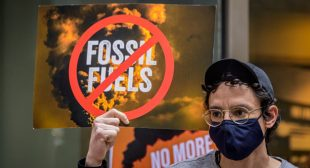 Sanders, Omar Unveil Bill to End 'Absurd Corporate Handouts' to Fossil Fuel Industry