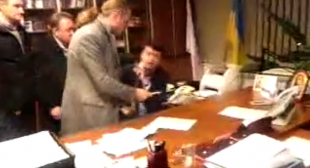 Humiliation: Ukrainian MP & thugs beat state TV Channel head into resigning (VIDEO)